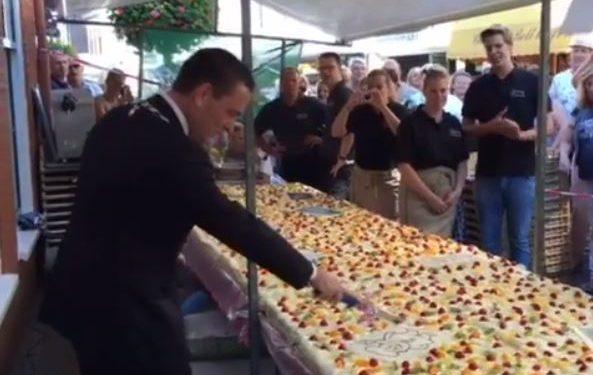 Burgemeester snijdt mega-taart aan