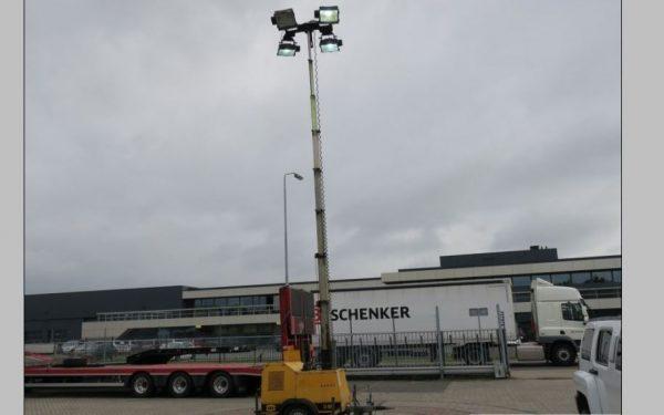 Mobiele lantarenpaal in donkere straten van Rijswijk