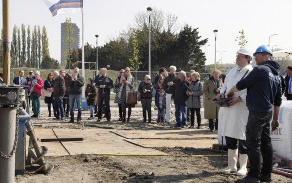 Wethouder Van der Meij boort naar bron in RijswijkBuiten