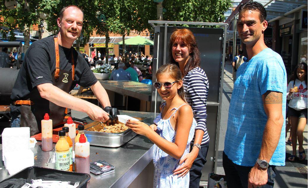 Publiek eet lekker bij Super BBQ op Bomenplein