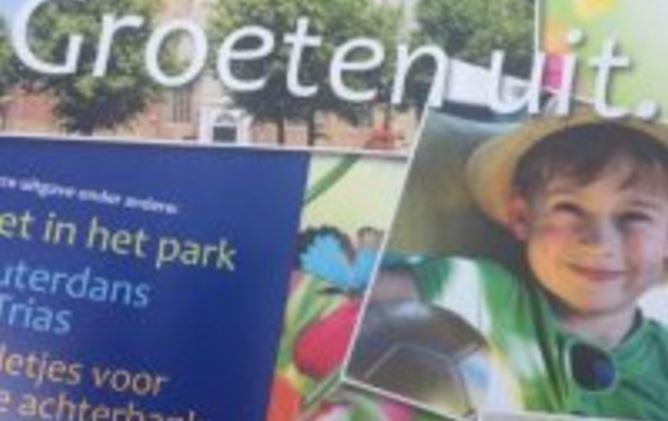 Wethouder Nicole Dierdorp geeft vakantiemagazine aan kids