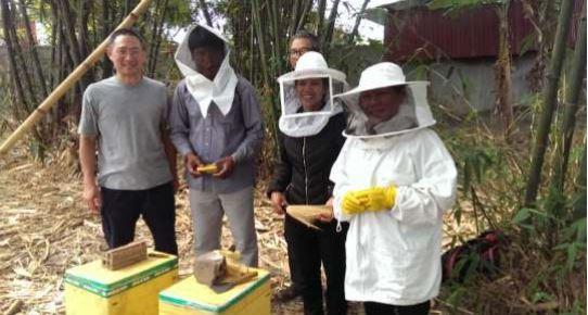Rijswijkse Imker Hung Nguyen start bijenproject in Vietnam