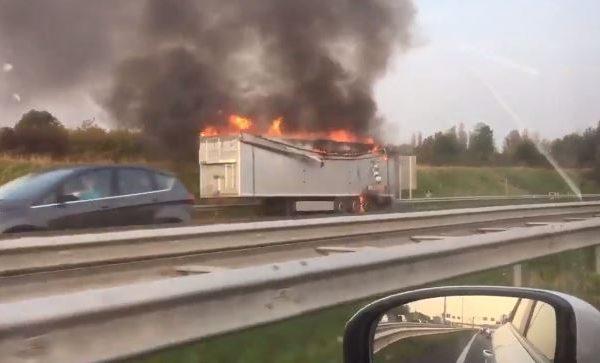 Aanhanger in brand op A4