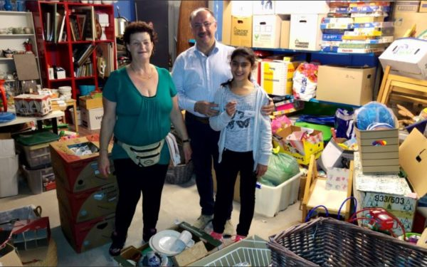 Raadslid Kruger (Beter voor Rijswijk) bezoekt sorteerhal weggeefwinkel